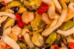 Textur av den olika havsmaten och oliven Arkivfoton