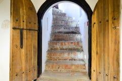 Textur av den robusa tränaturliga tjocka dörren för den gamla forntida medeltida antikviteten med nitar och spikar modeller, och  fotografering för bildbyråer