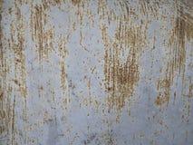 Textur av den rostiga skrapan på den gråa stålväggen Arkivbilder