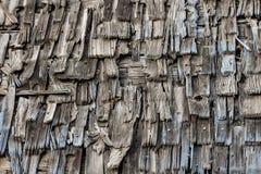 Textur av det gammalt trä överlappade taket arkivfoton