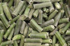 Textur av djupfrysta skivade gröna sparrisbönor i en shoppa royaltyfria foton