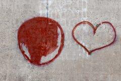 Textur av en betongvägg med en målad hjärta fotografering för bildbyråer