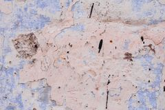 Textur av en betongvägg med sprickor och skrapor som kan användas som en bakgrund royaltyfria bilder