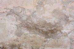Textur av en betongvägg med sprickor och skrapor som kan användas som en bakgrund arkivfoto