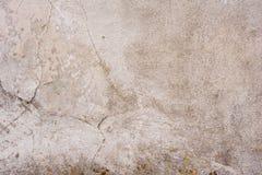 Textur av en betongvägg med sprickor och skrapor som kan användas som en bakgrund royaltyfri bild