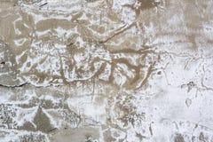 Textur av en betongvägg med sprickor och skrapor som kan användas som en bakgrund arkivfoton