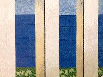 Textur av en fin härlig blå vit beige skinande ren proper färgrik mosaik av keramiska tegelplattor med modeller av linjer som är  royaltyfri bild