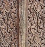 Textur av en forntida trädörr i en thailändsk tempel Royaltyfri Bild