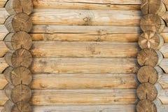Textur av en forntida vägg av träjournaler, abstrakt bakgrund Arkivbild