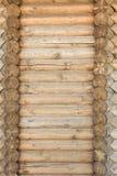 Textur av en forntida vägg av träjournaler, abstrakt bakgrund Arkivfoton