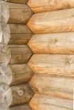 Textur av en forntida vägg av träjournaler, abstrakt bakgrund Arkivbilder