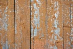 Textur av en gammal orange trävägg Ruttna bräden Arkivbilder