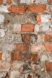 Textur av en gammal vägg av en forntida byggnad med ett förstört murbruklager och knäckte röda tegelstenar Royaltyfri Fotografi