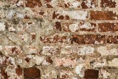 Textur av en gammal vägg av en forntida byggnad med ett förstört murbruklager och knäckte röda tegelstenar Arkivbilder
