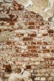 Textur av en gammal vägg av en forntida byggnad med ett förstört murbruklager och knäckte röda tegelstenar Fotografering för Bildbyråer