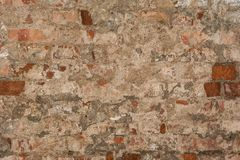 Textur av en gammal vägg av en forntida byggnad med ett förstört murbruklager och knäckte röda tegelstenar Royaltyfri Bild