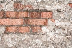 Textur av en gammal vägg av en forntida byggnad med ett förstört murbruklager och knäckte röda tegelstenar Royaltyfria Bilder