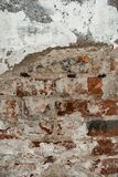 Textur av en gammal vägg av en forntida byggnad med ett förstört murbruklager och knäckte röda tegelstenar Arkivfoton