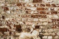 Textur av en gammal vägg av en forntida byggnad med ett förstört murbruklager och knäckte röda tegelstenar Royaltyfria Foton