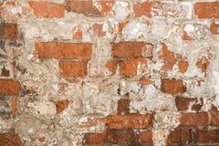 Textur av en gammal vägg av en forntida byggnad med ett förstört murbruklager och knäckte röda tegelstenar Royaltyfri Foto