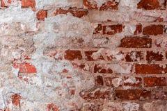 Textur av en gammal vägg av en forntida byggnad med ett förstört murbruklager och knäckte röda tegelstenar, abstrakt bakgrund Royaltyfria Bilder