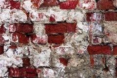 Textur av en gammal vägg av en forntida byggnad med ett förstört murbruklager och knäckte röda tegelstenar, abstrakt bakgrund Arkivfoto