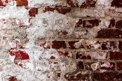Textur av en gammal vägg av en forntida byggnad med ett förstört murbruklager och knäckte röda tegelstenar, abstrakt bakgrund Royaltyfri Fotografi