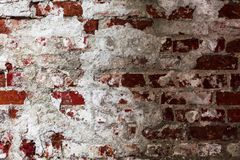 Textur av en gammal vägg av en forntida byggnad med ett förstört murbruklager och knäckte röda tegelstenar, abstrakt bakgrund Royaltyfri Foto