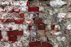 Textur av en gammal vägg av en forntida byggnad med ett förstört murbruklager och knäckte röda tegelstenar, abstrakt bakgrund Fotografering för Bildbyråer