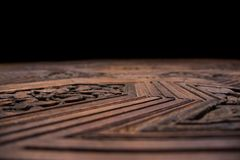 Textur av en gravyr på trä arkivfoto