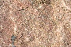Textur av en ojämn yttersida av en sten, en vagga i naturliga naturliga villkor, en närbild Arkivfoton