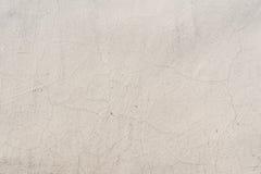 Textur av en präglad antik betongvägg med sprickor och ett skyddande lager för förstörd murbruk Royaltyfria Foton