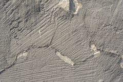 Textur av en präglad antik betongvägg med sprickor och ett skyddande lager för förstörd murbruk Arkivfoton