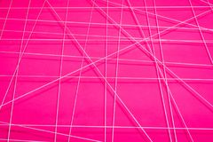 Textur av en rosa abstrakt vägg med vita geometriska linjer Royaltyfri Bild
