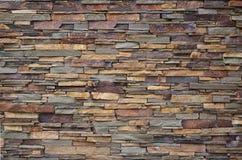 Textur av en stenvägg från länge och grova stenar av den olika format och signalen royaltyfria bilder