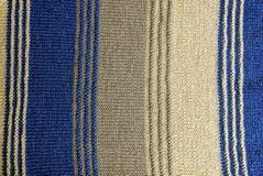 Textur av ett stycke av den woolen tröjan med band arkivbild