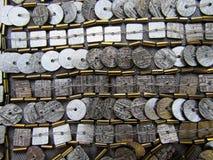 Textur av fyrkantiga och skiva-formade skinande metaller pryder med pärlor paljetter och paljetter arkivbilder
