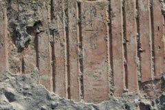 Textur av gammal riden ut tegelsten i hårt direkt solljus royaltyfria bilder