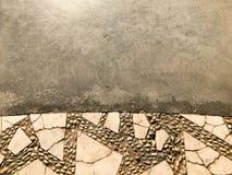 Textur av gula tegelplattor för stenbetongcement, sned texturtegelstenar, rundar stenar med modeller underifrån och grånar betong royaltyfri fotografi