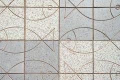 Textur av härliga utomhus- tegelplattor med fisken _ arkivfoton