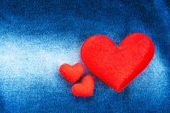Textur av jeans och röd hjärtaform Arkivfoto