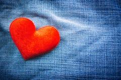 Textur av jeans och röd hjärtaform Royaltyfria Bilder