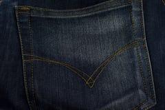 Textur av jeans stoppa i fickan tätt upp, bakgrund Fotografering för Bildbyråer