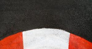 Textur av loppasfalt och den buktade trottoarkantgrand prixströmkretsen Royaltyfri Bild