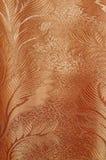 Textur av mönstrad röd och beige satäng hänger upp gardiner med veck Royaltyfri Fotografi