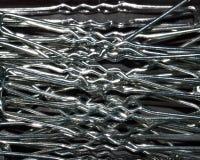 Textur av metall, silvriga vittrådar, ben, hårspännehårklämmor Arkivbild