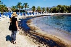 Textur av råoljaspillet på sandstranden från oljeutsläppolycka, Agios Kosmas fjärd, Aten, Grekland, September 14 2017 Royaltyfria Bilder