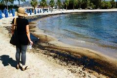 Textur av råoljaspillet på sandstranden från oljeutsläppolycka, Agios Kosmas fjärd, Aten, Grekland, September 14 2017 Royaltyfria Foton
