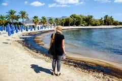 Textur av råoljaspillet på sandstranden från oljeutsläppolycka, Agios Kosmas fjärd, Aten, Grekland, September 14 2017 Royaltyfri Foto