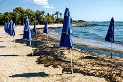 Textur av råoljaspillet på sandstranden från oljeutsläppolycka, Agios Kosmas fjärd, Aten, Grekland, September 14 2017 Royaltyfri Bild
